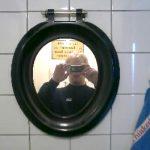Moblog   WC-bril aan de wand,